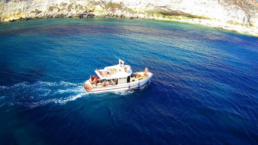 Perla del Mare in navigazione lungo la costa di Lampedusa