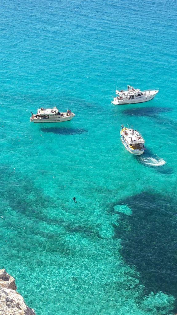 """Le barche Volanti/Fly Boats Perla del Mare , grazie ad un effetto ottico, originato dalla trasparenza e dall'azzurro dell'acqua, """"vola """" alla Tabaccara"""